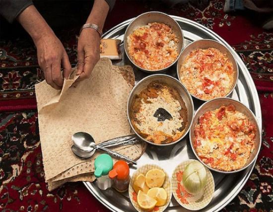 صورة: سعودي يوثق وجبتي إفطار لأبنه بينهما 13 عاماً