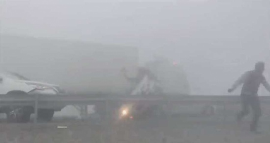 حريق مروع بين 44 سيارة في ابو ظبي… شاهد ماذا حدث!