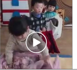 أسهل طريقة لتعليم الطفل ارتداء ملابسه (فيديو)