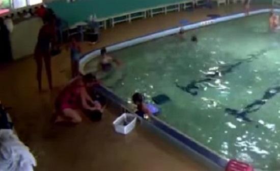 القبض على مدربة سباحة بتهمة غرق طفل (فيديو)