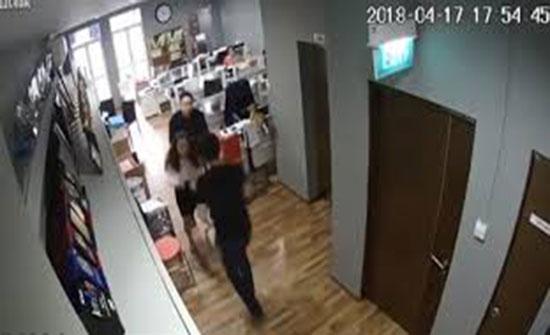 لحظة اعتداء محام على موظفة ومديرتها (فيديو)