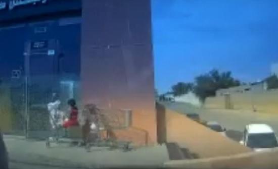 لحظة إنقاذ رجل طفل تركته والدته داخل عربة تسوق بالسعودية (فيديو)