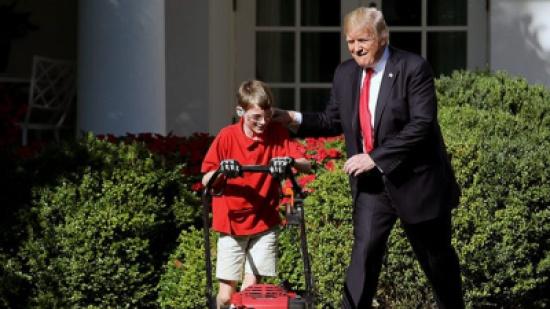 بالفيديو: ترامب يفاجئ طفلاً تطوع لقصّ عشب حديقة البيت الأبيض