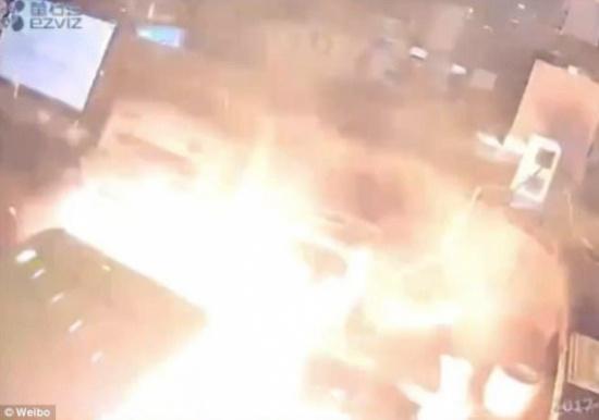 """فيديو مرعب  لحظة انفجار هاتف """"آي فون"""" في يد رجل كان يحاول إصلاحه!"""