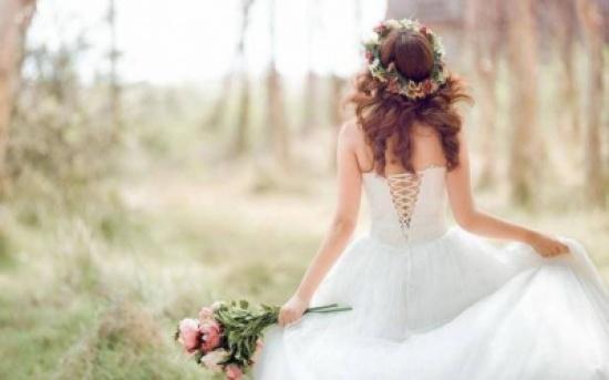 بالفيديو: عروس تخلع فستان الفرح وتفاجئ العريس بما ترتديه أسفله!!
