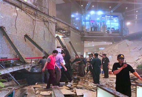 بالفيديو ... أنظر إلى العشرات ينهار بهم طابق في مبنى !