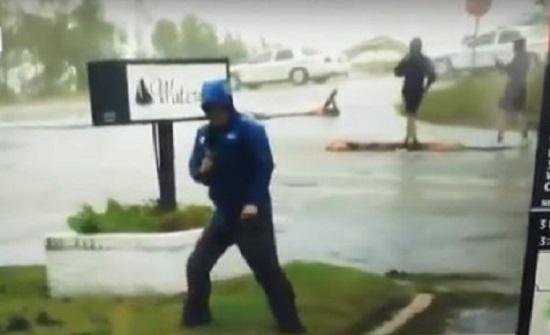 """بالفيديو : فضيحة مراسل طقس أمريكي خلال تغطيته إعصار """"فلورنس"""""""