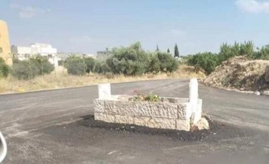 """""""قبر"""" يتوسط الشارع يتحول إلى """"دوار"""" في إربد"""