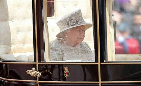 """المعنى السري لـ""""دبوس الماس"""" الذي ترتديه الملكة إليزابيث في عيد ميلادها كل عام"""