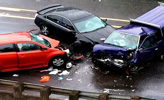 6 إصابات اثر تصادم 3 مركبات في اربد