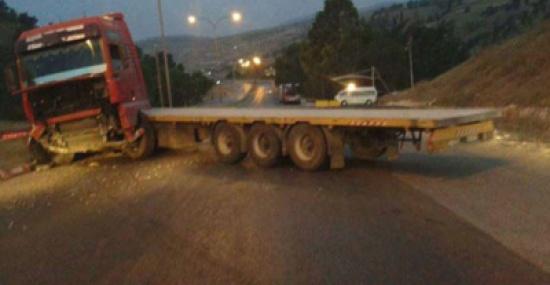 إصابة شخص جراء تدهور شاحنة في الصفاوي
