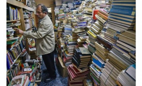 بالصور .. عامل نظافة يؤسس مكتبة من كتب ملقاة بالنفايات