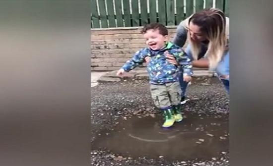 بالفيديو : رد فعل طفل مصاب بشلل دماغى يضع قدميه في المياه لأول مرة