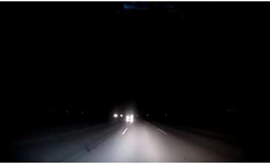 بالفيديو: مفاجأة تحبس الأنفاس لقائد سيارة على طريق الجبيل – الدمام بالسعودية