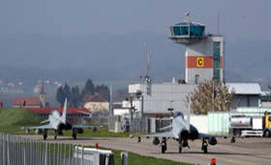 بالفيديو : مصرع طيار ونجاة آخر بتحطم مقاتلتين في ألمانيا