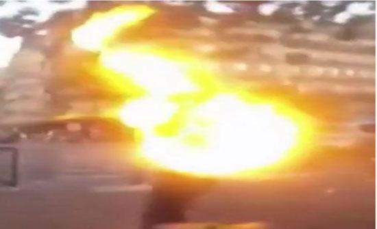 لقطات مسربة لضابط شرطة فرنسي يتسبب بإشعال النار في رجل