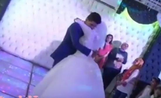 بالفيديو.. شاب يحمل شقيقته العروس بعد رقصة وعناق مؤثر بينهما