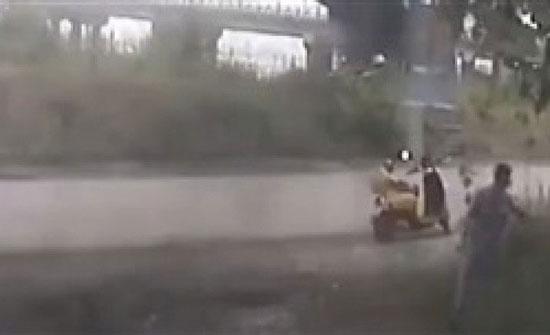 فيديو: لحظة سقوط حاوية عملاقة من أعلى شاحنة على دراجة نارية