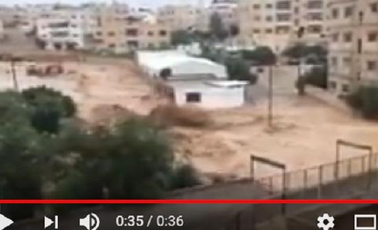 بالفيديوهات .. شاهد فيضان سيل الزرقاء يجرف السيارات ويداهم المنازل