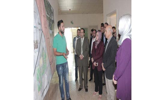 رئيس جامعة الإسراء يطلع على مشاريع لطلبة الهندسة المعمارية