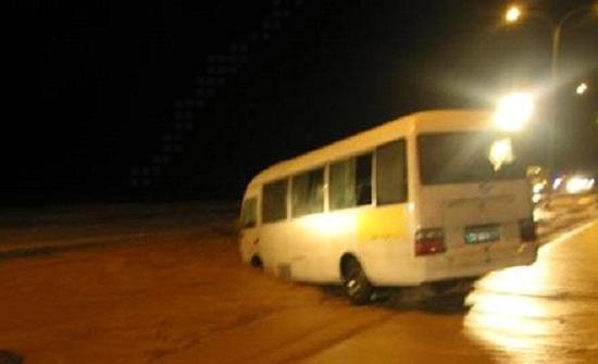 انقاذ 14 شخصا علقوا بمركباتهم على طريق امحي