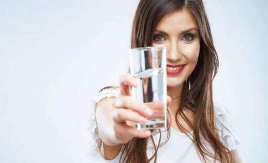 هل الإكثار من شرب الماء يفيد بشرتك؟ الإجابة غير متوقعة!