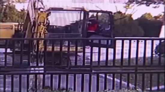 صور| لقطات صادمة لطفل صغير يسرق حفارا ويصطدم ببوابة حديدية!