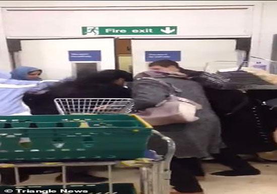 تدافع المتسوقين بمتجر «تيسكو» على منتج مخفض ثمنه (فيديو )
