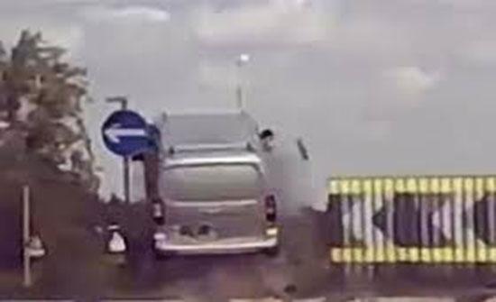فيديو : سائق يتسبب في طيران سيارته في الهواء