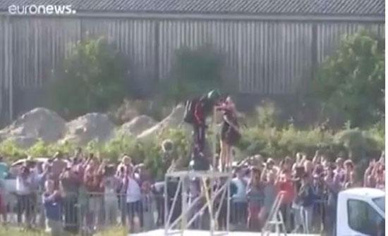"""بالفيديو: برفقة مروحيات عسكرية.. مُغامر يقطع """"المانش"""" على لوح طائر"""
