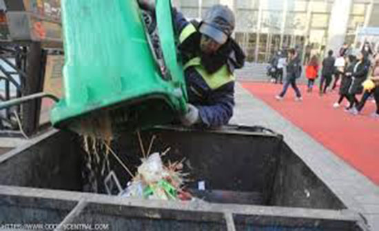 عامل نظافة صيني يتبرع براتبه للفقراء طوال 30 عاما