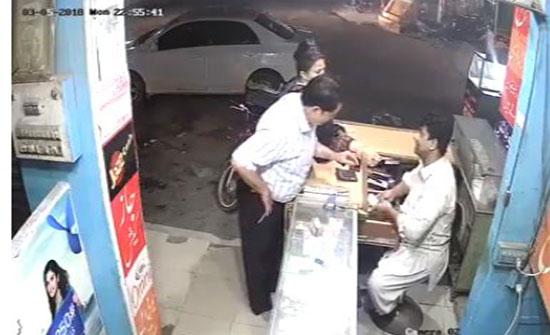 لص يسرق بائعا بمساعدة زوجته (فيديو)