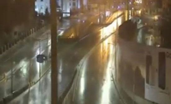 شاهد بالفيديو : حادث سير وقع بسبب الامطار