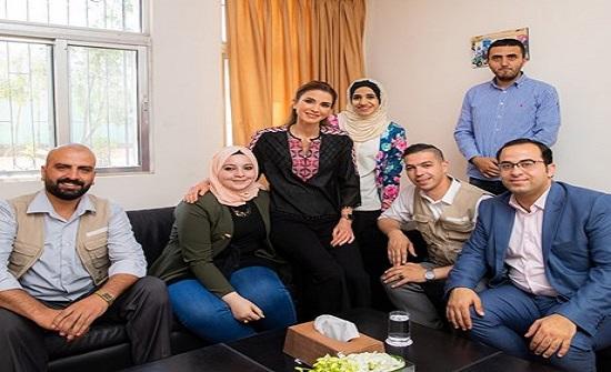 الملكة رانيا تطلع على مبادرات ومشاريع ناشئة لشباب في الرصيفة