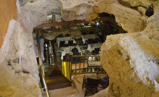 أردني يحول كهفاً عمره 65 مليون عام إلى مطعم