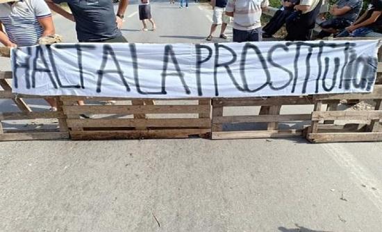 """مهرجان لـ""""العُري"""" يثير غضبًا في الجزائر (صور)"""