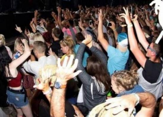 أرقصوا واستمتعوا لكن من دون تعرّ!... رسالة الشرطة للمحتفلين