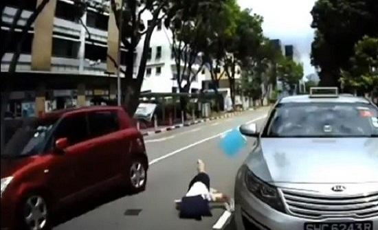 بالفيديو: في بلد اسيوي ..  سيارة تدهس طالبة أثناء عبورها للشارع بطريقة مروعة