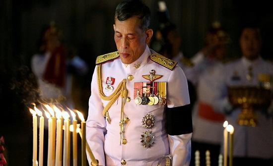 بالفيديو - ملك تايلاند يتزوج من ممرضة بحضور زوجته!