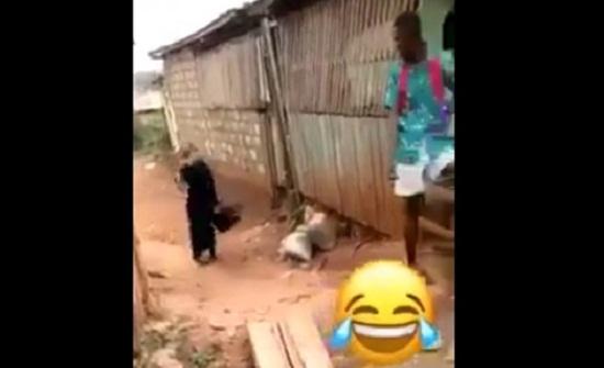 رد فعل شباب تعرضت فتاة لموقف محرج أمامهم (فيديو)