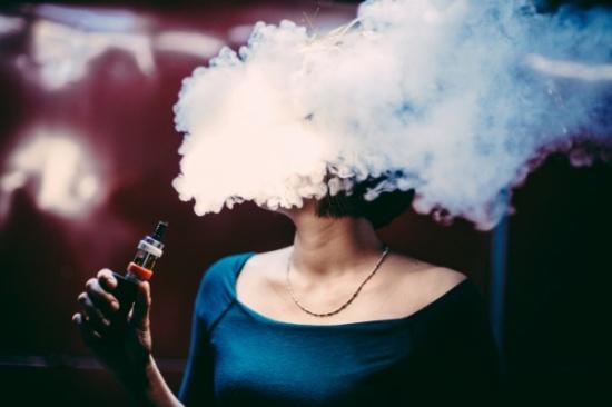 خبراء يشجعون الحوامل على تدخين السجائر الإلكترونية