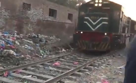بالفيديو: لحظة اصطدام قطار برجل أثناء سيره بجواره