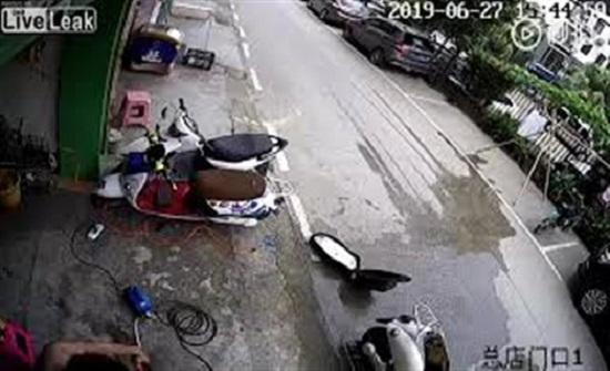 شاب ينقذ نفسه من الموت بأعجوبة (فيديو)