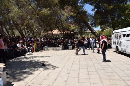 فرقة مسرح الشارع تقدم عرضا مسرحيا في اليرموك