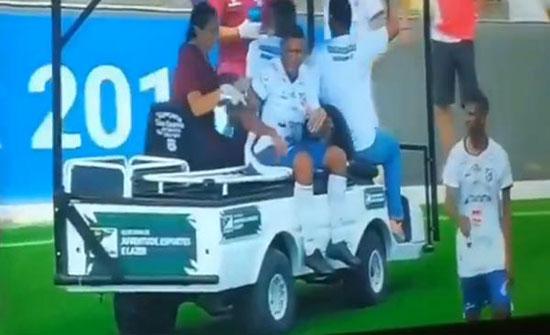 بالصور : عربة طبية تدهس قدم لاعب مصاب تثير حيرة المتفرجين