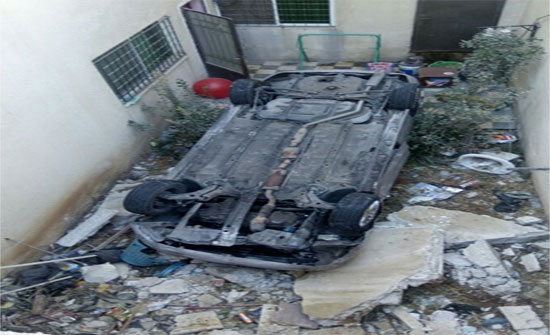 عمان: سائق يصدم سيارة ويدهس سيدة وابنتها قبل أن تنقلب مركبته داخل كراج احد المنازل