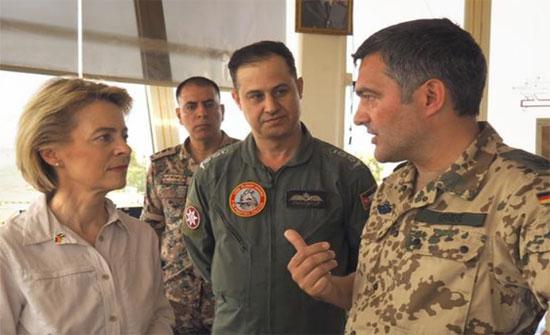 """وزيرة الدفاع الألمانية تزور جنودها بقاعدة """"الأزرق"""" في الأردن"""