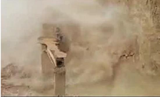 بالفيديو : لحظة انهيار الساتر الترابي المحاذي لجسر زرقاء ماعين