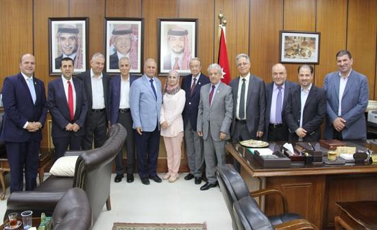 بحث فرص التعاون الاستثمارية بين اليرموك وجمعية رجال الأعمال الأردنيين