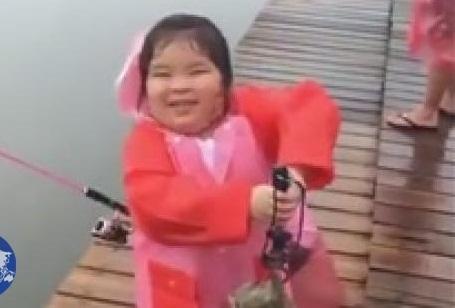 طفلة تصطاد سمكة عملاقة بسنارتها الصغيرة